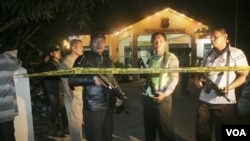 Sejumlah polisi bersenjata sedang berjaga-jaga di depan Polsek Hamparan Perak, Sumatera Utara, Rabu dini hari. Penyerangan berlangsung beberapa jam sebelumnya oleh sekitar 12 orang di atas enam sepeda motor.