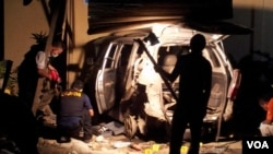 Polisi sedang mengolah tempat ledakan bom di Poso, Sulawesi Tengah. (VOA/Y. Litha)