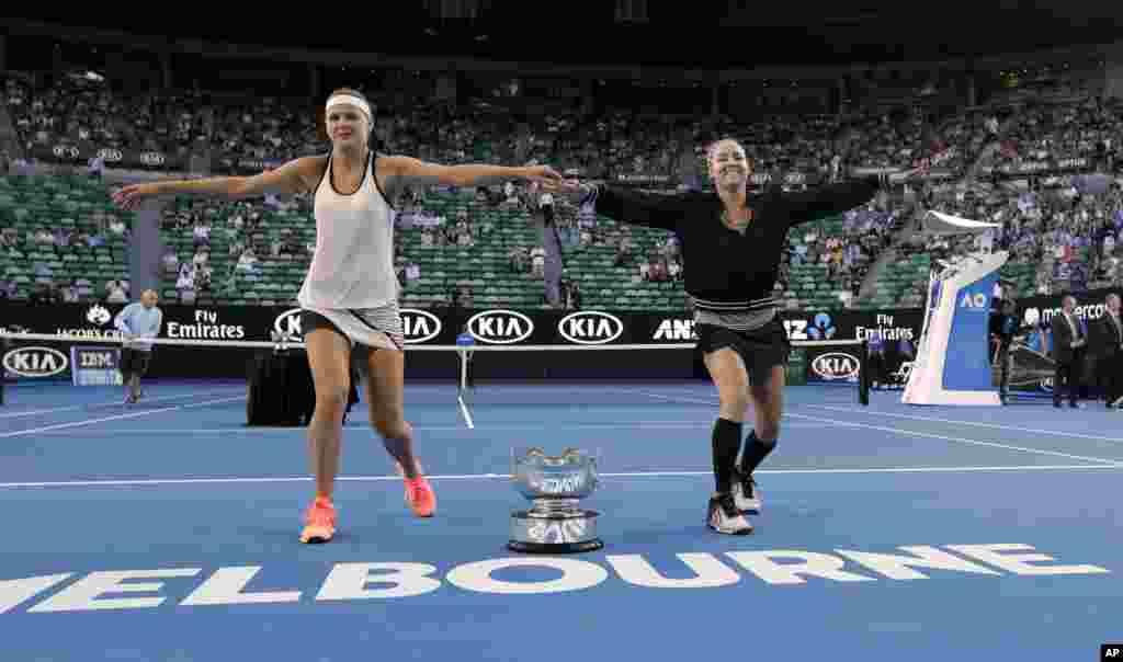 رقص و خوشحالی بتانی ماتک – ساندز آمریکایی و لوسی سافارووا چک بعد از پیروزیشان در تنیس دوبل زنان در مسابقات قهرمانی تنیس آزاد استرالیا.