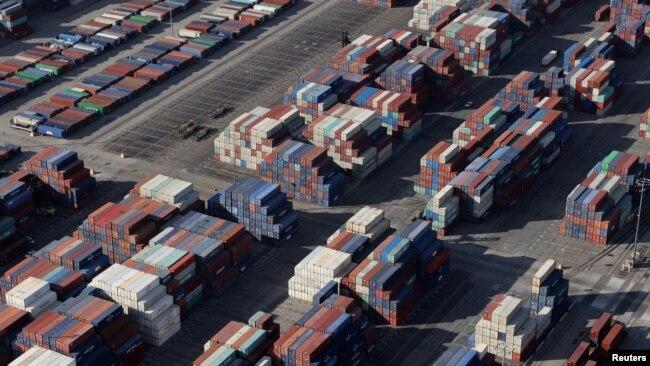 Los Angeles Limanı'nda bekleyen konteynerler