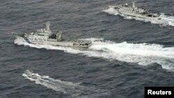 지난 2013년 4월 동중국해 영유권 분쟁 도서인 센카쿠 열도 주변 해상에서 중국 해군감시선(오른쪽)이 일본 어선(왼쪽)과 해안경비선에 접근하고 있다. (자료사진)