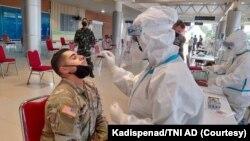 """Tentara AS yang akan mengikuti Latihan Bersama """"Garuda Shield"""" ke-15 tahun 2021, sedang diuji usap COVID-19. (Foto: Courtesy/Kadispenad TNI AD)"""