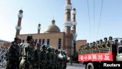Urumchi shahrida masjidni nazorat qilayotgan Xitoy askarlari. Shinjon, 9-iyul, 2009.