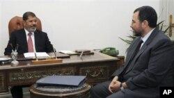 Thủ tướng Hisham Qandil (phải) được Tổng thống Mohamed Morsi (trái) bổ nhiệm tuần trước