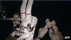 Hình trên: Phi hành gia Stephen Bowen trong chuyến đi bộ ngoài không gian thứ hai