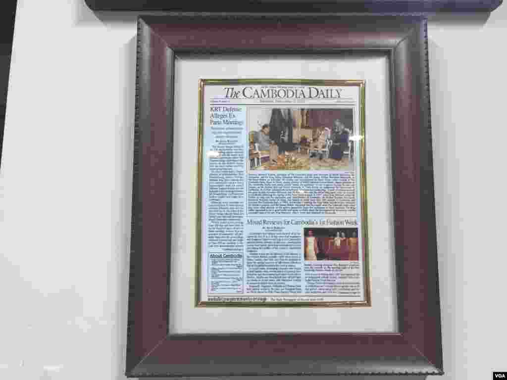 ទិដ្ឋភាពនៃថ្ងៃធ្វើការចុងក្រោយនៃកាសែត The Cambodia Daily ក្រោយប្រតិបត្តិការបោះពុម្ភផ្សាយអស់រយៈពេល ២៤ឆ្នាំនិង១៥ថ្ងៃ តាំងពីឆ្នាំ១៩៩៣មក ក្នុងរាជធានីភ្នំពេញ ថ្ងៃទី៣ ខែកញ្ញា ឆ្នាំ២០១៧។ (ហ៊ាន សុជាតា/VOA)