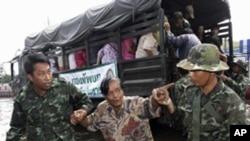 泰國軍人幫助受水災影響的居民撤離。