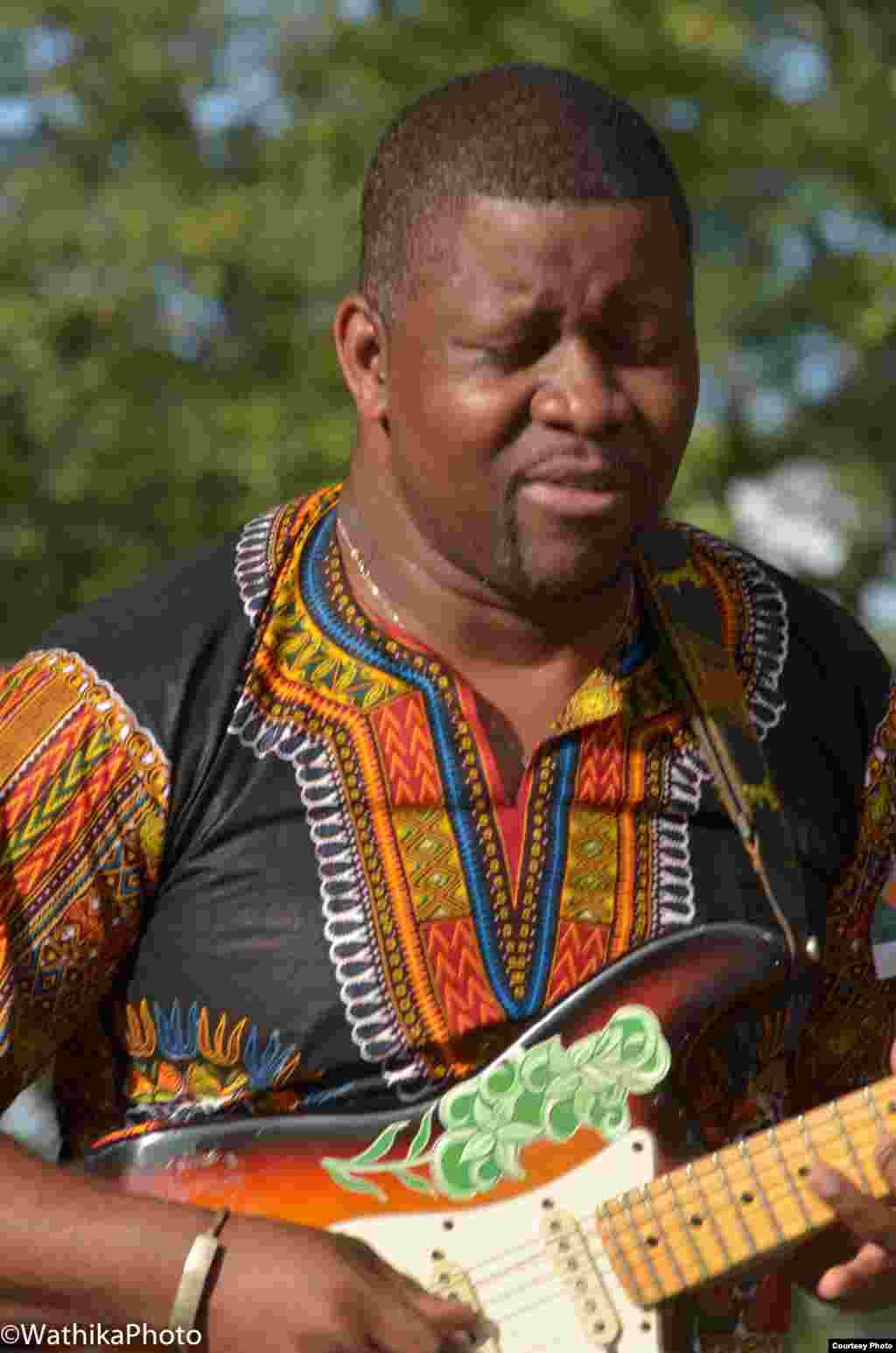 Manecas Costa, músico que acompanha Paulo Flores, em palco no concerto de Paulo Flores em Nova Iorque