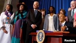 Obama firmó la ley junto a un grupo de mujeres de distintas razas y del vicepresidente Joe Biden, quien originalmente introdujo la propuesta.