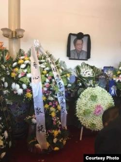 习近平的母亲齐心送的花圈摆在李昭灵堂(网友提供)