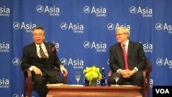 亚洲协会政策研究所主席陆克文与日本副外相杉山伸介对谈 (美国之音方冰拍摄)