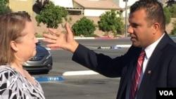 Kongress uchun o'z nomzodini e'lon qilgan Jesse Sbayh (o'ngda) saylovchilardan biri bilan gaplashmoqda, Nevada, AQSh.