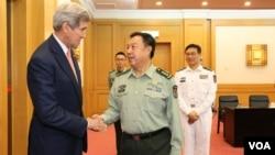 美國國務卿克里在北京和中國中央軍委副主席范長龍握手(2015年5月16日資料照)