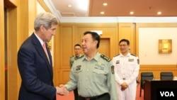 中央军委副主席范长龙与克里握手(美国之音莉雅拍摄)