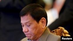 로드리고 두테르테 필리핀 대통령이 6일 라오스 수도 비엔티안에서 진행된 동남아시아국가연합(아세안) 정상회의 도중 생각에 잠겨있다.