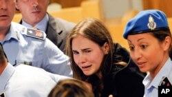 Amanda Knox khóc sau phán quyết tha trắng án tại tòa Perugia ở Ý, ngày 3/10/2011