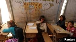 Anak-anak belajar di kelas darurat di kamp pengungsi Bab Al-Salam di Azaz, Syria, 27 Oktober 2014.