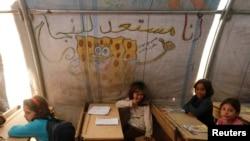 27일 시리아 아자즈 난민 캠프의 임시 학교에서 아이들이 수업을 듣고 있다.