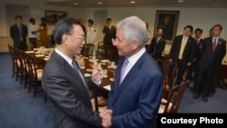 美国国防部长哈格尔欢迎中国国务委员杨洁篪(照片来源:美国国防部)