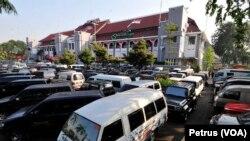 Mobil dinas yang diparkir di halaman Balai Kota Surabaya (Foto: VOA/Petrus)