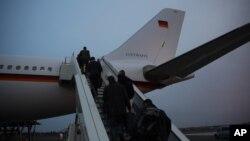 La canciller alemana, Angela Merkel y su delegación abordan el avión en Berlín rumbo a EE.UU. para encontrarse con el presidente Donald Trump.