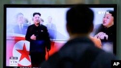 Seorang pria menonton berita yang menunjukkan pemimpin Korea Utara Kim Jong-un, di Seoul, Korea Selatan (14/10). (AP/Lee Jin-man)