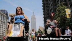 Orang-orang mengikuti parade disabilitas di New York, 12 Juli 2015. (Foto: REUTERS/Eduardo Munoz)