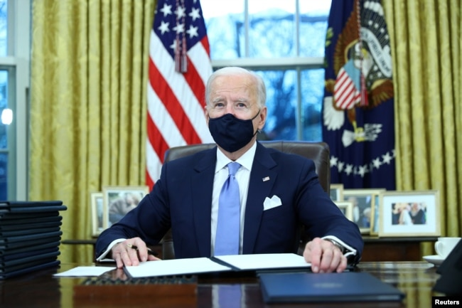 Tổng thống Joe Biden ký các sắc lệnh đầu tiên tại Phòng Bầu dục, Nhà Trắng, 20/1/2021
