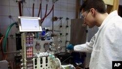 Jack Newman, salah seorang pendiri perusahaan bioteknologi Amerika, dan para sejawatnya menemukan cara untuk membuat pasokan obat anti-malaria, artemisinin, tanpa batas dengan menggunakan teknik yang menggabungkan bioteknologi dan proses fermentasi ragi yang sederhana (foto: dok).