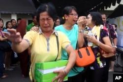 Роднини на патниците реагираат на веста дека во Јаванското Море биле пронајдени остатоци од авионот на Ер Азија
