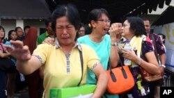 Thân nhân của các hành khách trên chuyến bay 8501 của AirAsia òa khóc bên ngoài sân bay quốc tế Juanda ở Surabaya, Đông Java, Indonesia, ngày 31/12/2014.