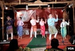 """Salah satu antraksi seni dan budaya bertajuk """"Solidaritas Melodi Tanpa Batas"""" pada peringatan 100 Hari Bom Gereja Surabaya (Foto:VOA/Petrus Riski)."""