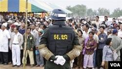 Polisi militer Kamboja berjaga-jaga di dekat daerah perbatasan antara Kamboja dengan Thailand.