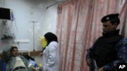 伊拉克警校外爆炸事件中受傷的警員在醫院治療