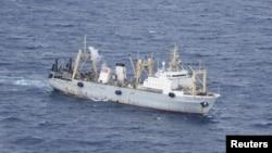 Tàu của Bộ Khẩn cấp làm nhiệm vụ giải cứu sau khi tàu đánh cá Dalniy Vostok bị chìm trong vùng nước băng giá gần bán đảo Kamchatka, ngày 2/4/2015.
