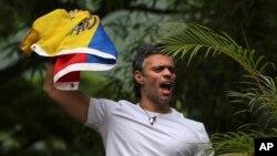 لئوپولدو لوپز یکی از دو رهبر عمده اپوزوسیون ونزوئلا که توسط نیروهای امنیتی دستگیر شده است - آرشیو