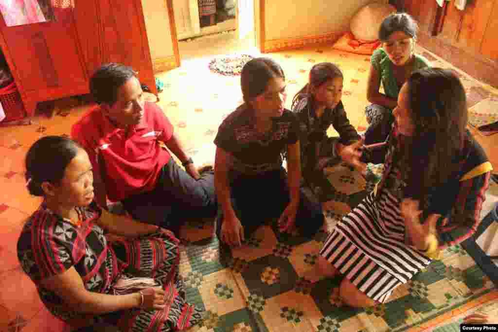 Chị Lanvy nói chuyện với những người dân tộc A Lưới