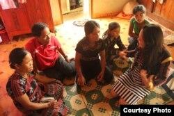 Doanh nhân Lanvy nói chuyện với những người dân tộc A Lưới