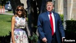 El presidente de EE.UU., Donald Trump, y la primera dama Melania Trump, llegan a la iglesia episcopal Bethesda by the Sea, en Palm Beach, Florida, para el servicio religioso del Domingo de Pascua. Abril 21 de 2019. (REUTERS/Al Drago)