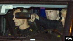 Terdakwa pembantaian massal, Anders Behring Breivik (tengah) duduk di belakang mobil polisi yang membawanya ke pengadilan di Oslo (foto: dok).