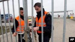 19일 거액의 다이몬드 강탈 사건이 발생한 벨기에 브뤼셀 공항에서, 활주로 출입문을 잠그는 경찰들.