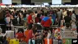 Warga antri di bandara internasional Hong Kong (foto: dok). Semakin banyak warga yang beremigrasi keluar Hong Kong, terutama ke Taiwan, AS dan Kanada.