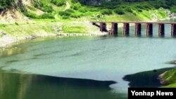 북한이 임남댐(금강산댐) 물을 방류한 2002년 당시, 물길이 강원도 화천군 동촌리 평화의댐 위에 있는 임시 가설교량 사이로 유입되고 있다.
