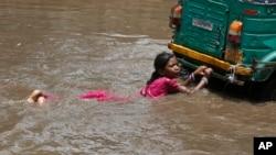 مون سون کے دوران شدید بارشوں اور سیلاب کی وجہ سے ریاست آسام اور بہار میں لگ بھگ 214 افراد ہلاک ہوئے۔ (فائل فوٹو)
