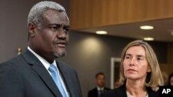 Moussa Faki Mahamat, président de la Commission de l'UA, et Federica Mogherini, chef de la diplomatie de l'Union européenne, Bruxelles, Belgique, le 15 mai 2017.