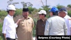 Jokowi berdiskusi dengan sejumlah pejabat dalam lawatan di Kalimantan terkait ibukota baru (courtesy: Setpres)