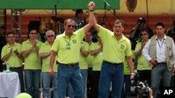 El presidente de Ecuador Rafael Correa, a la derecha, y su compañero de carrera Jorge Glas, quien fue ex ministro de Coordinación Estratégica, anunciando su candidatura a la reelección el 10 de octubre de 2012.