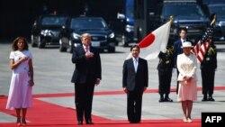 Kuva ibubamfi uja iburyo, umutambukanyi wa Trumo Melania Trump, perezida Donald Trump, igikomangoma c'Ubuyapani Naruhito n'umutambukanyi wiwe Masako i Tokyo, mu Buyapani, Itariki 27/05/2019.