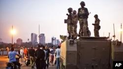 Konvoi militer Mesir tiba di Jembatan Kasr El-Nile dekat Alun-Alun Tahrir di Kairo, untuk berada di antara penentang dan pendukung Mohamed Morsi (5/7).