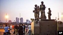 Quân đội Ai Cập đã tiến vào giải tán những vụ giao tranh trên đường phố giữa những người ủng hộ và chống đối Tổng thống bị lật đổ Mohamed Morsi.
